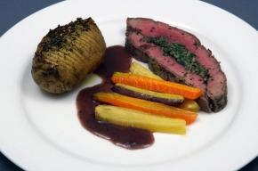hoofdgerecht - Gevulde ribeye met rode wijn truffelsaus, hasselback aardappel en regenboogwortels