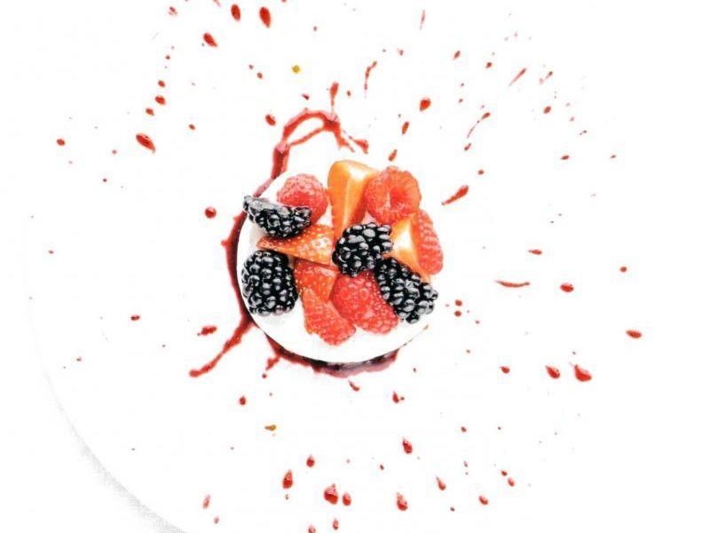 Bavaroistaartje met rood fruit en bramensaus